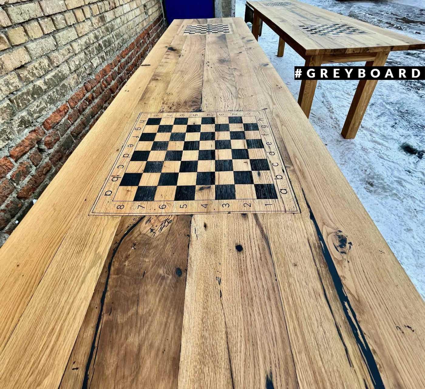 Дубовый стол с выгравированной шахматной доской