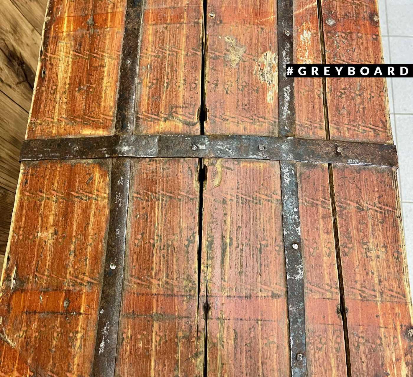 Деревянный сундук с металлическими пластинами