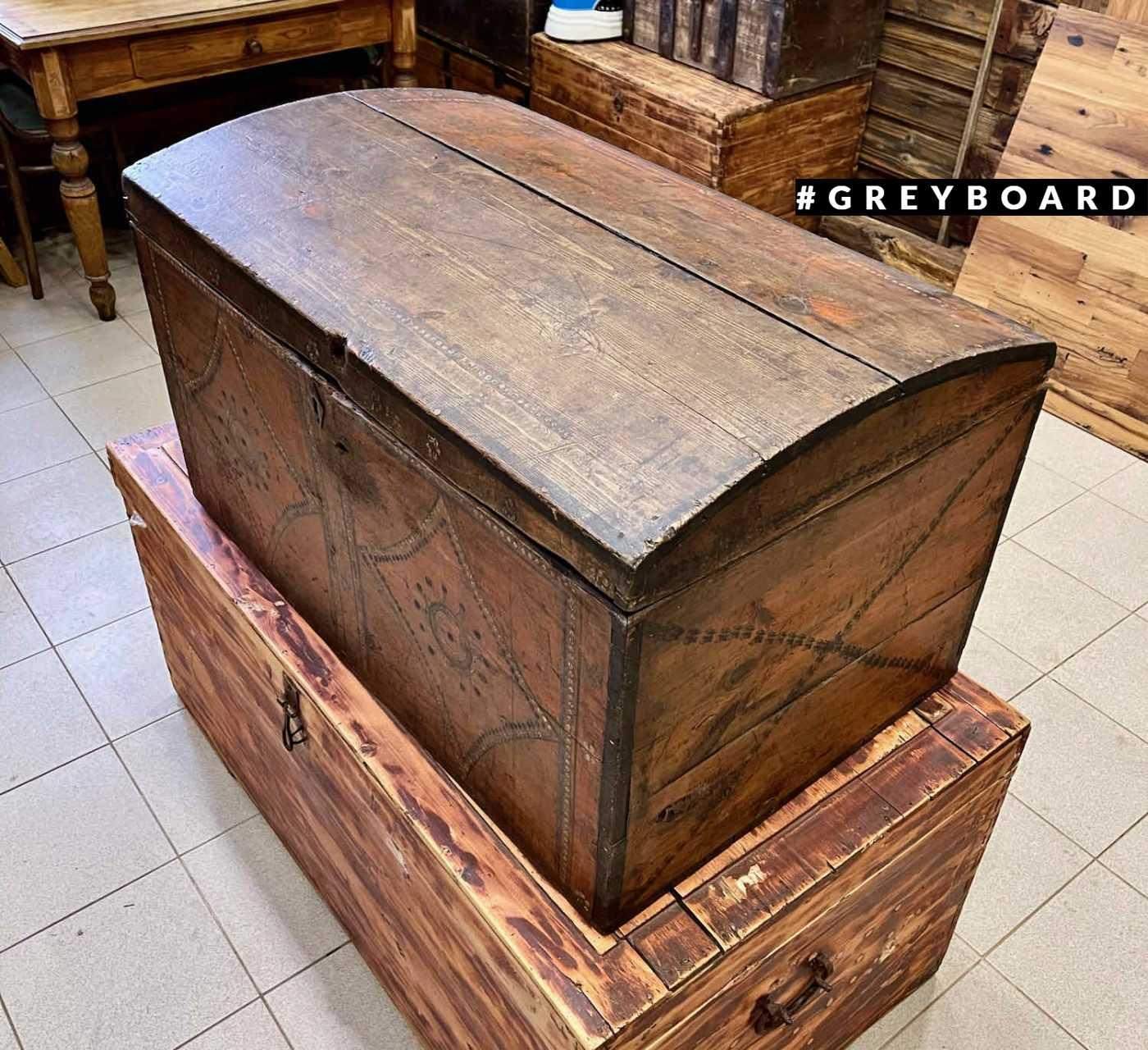 Старинный расписной сундук