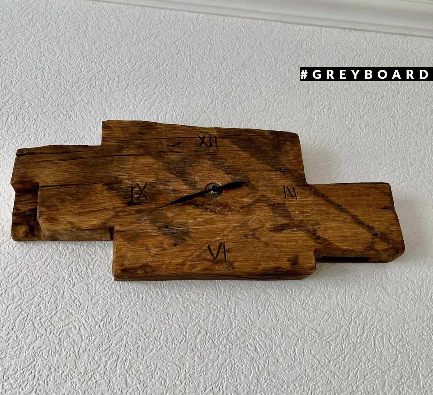 Часы с циферблатом из амбарной доски