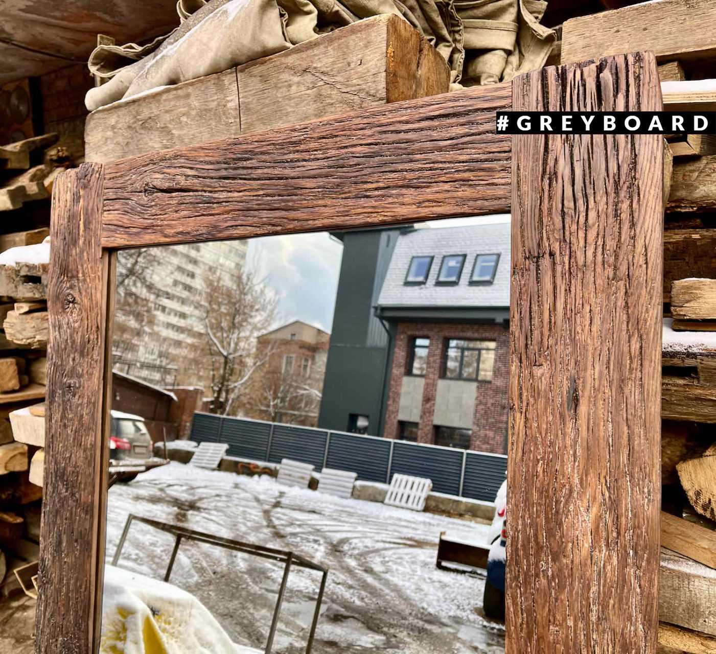 Высокое зеркало в раме из амбарной доски