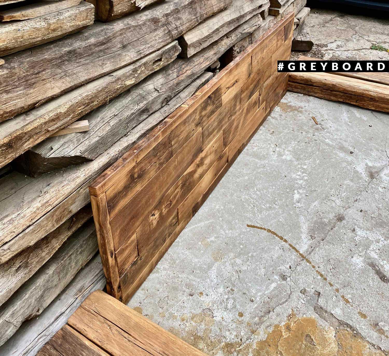 Кровать из амбарной доски