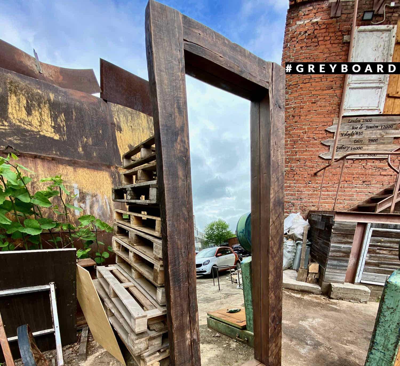 Зеркало в массивной раме из старого дуба
