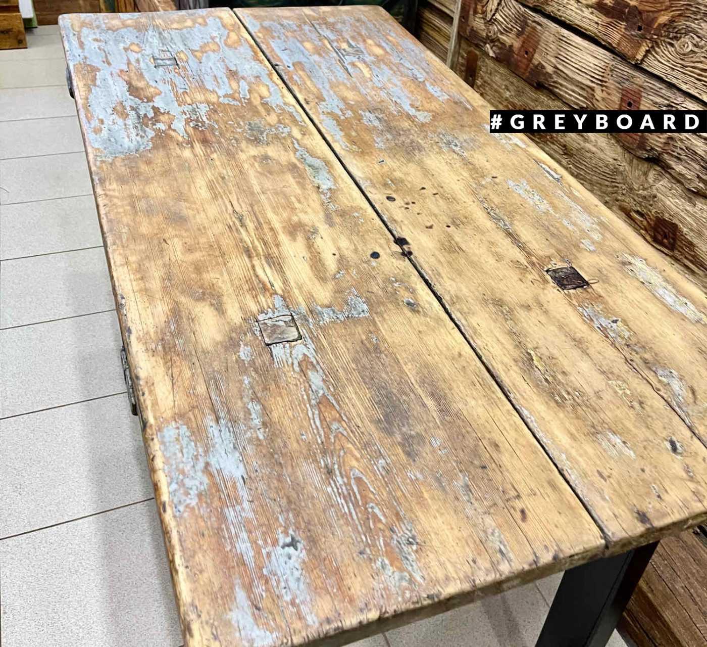 Эффектный стол из старой доски