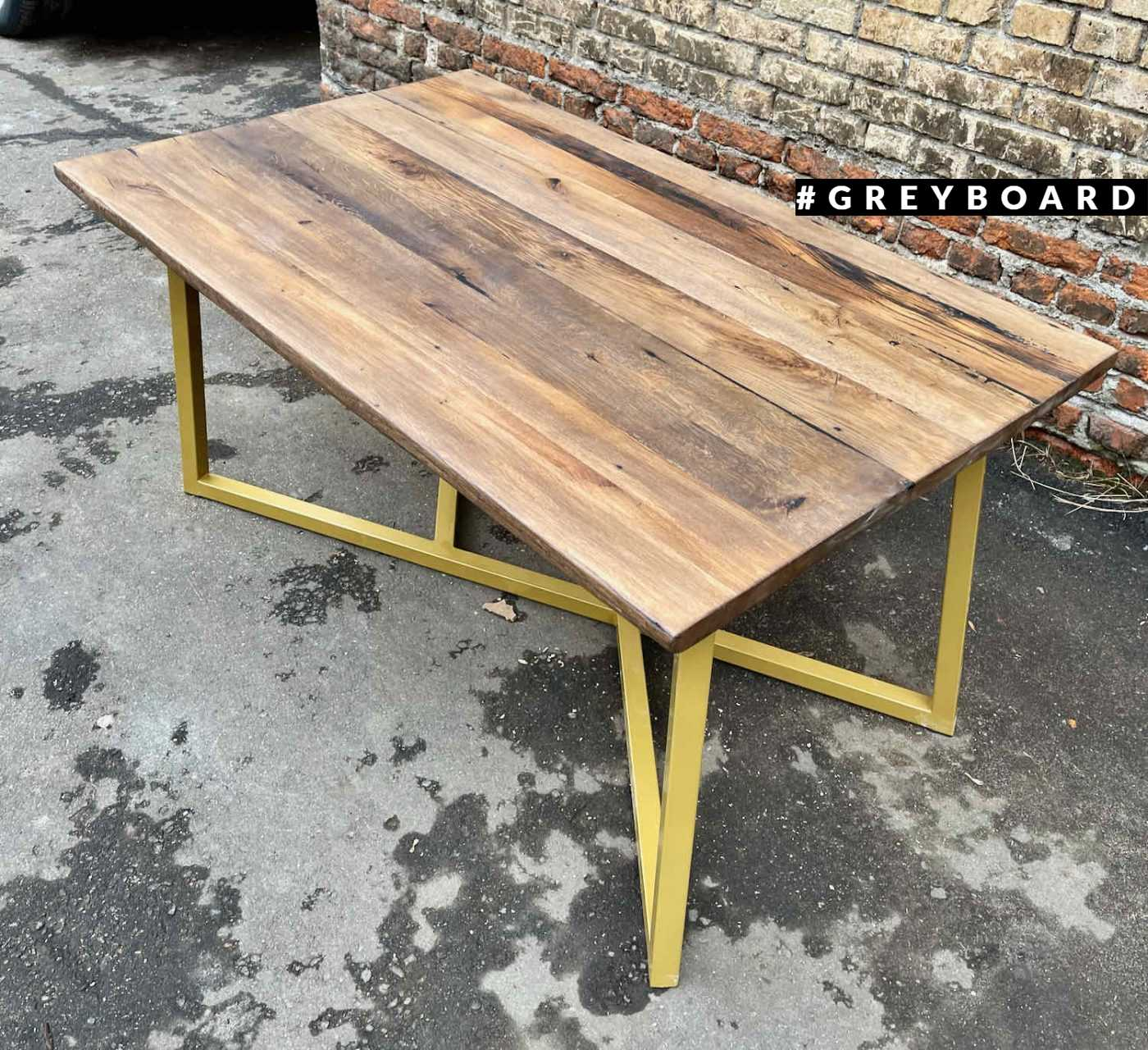 Эффектный стол из амбарной доски