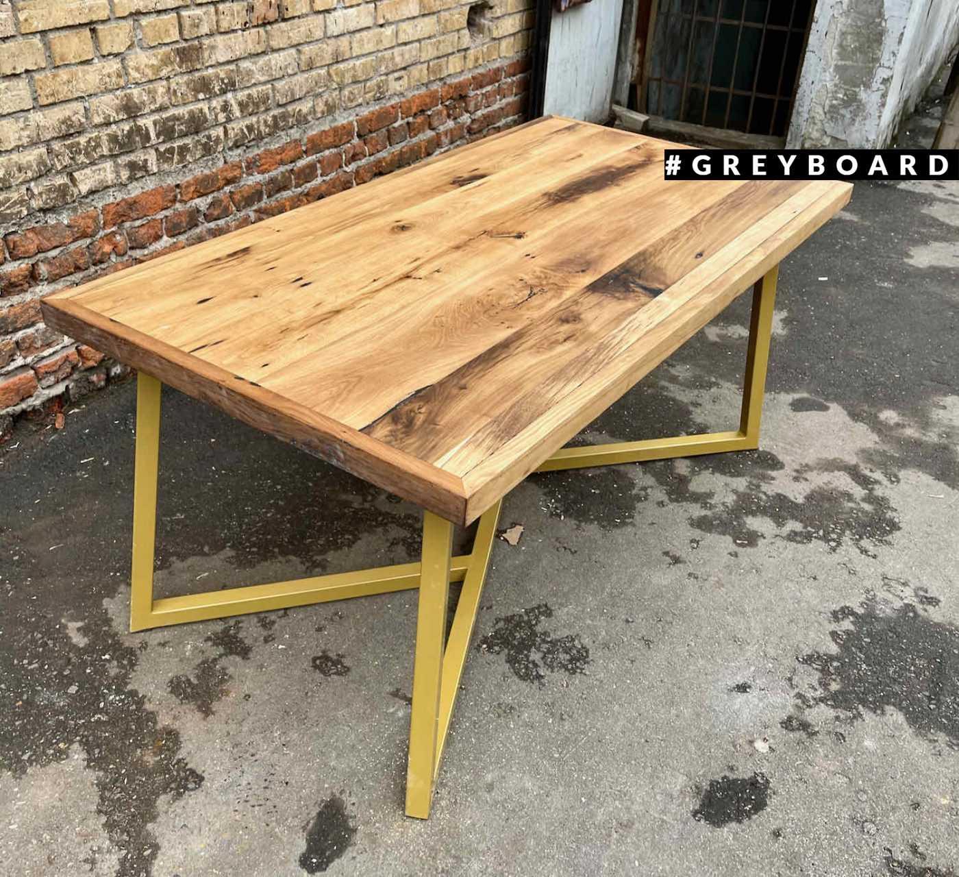 Яркий стол из амбарной доски