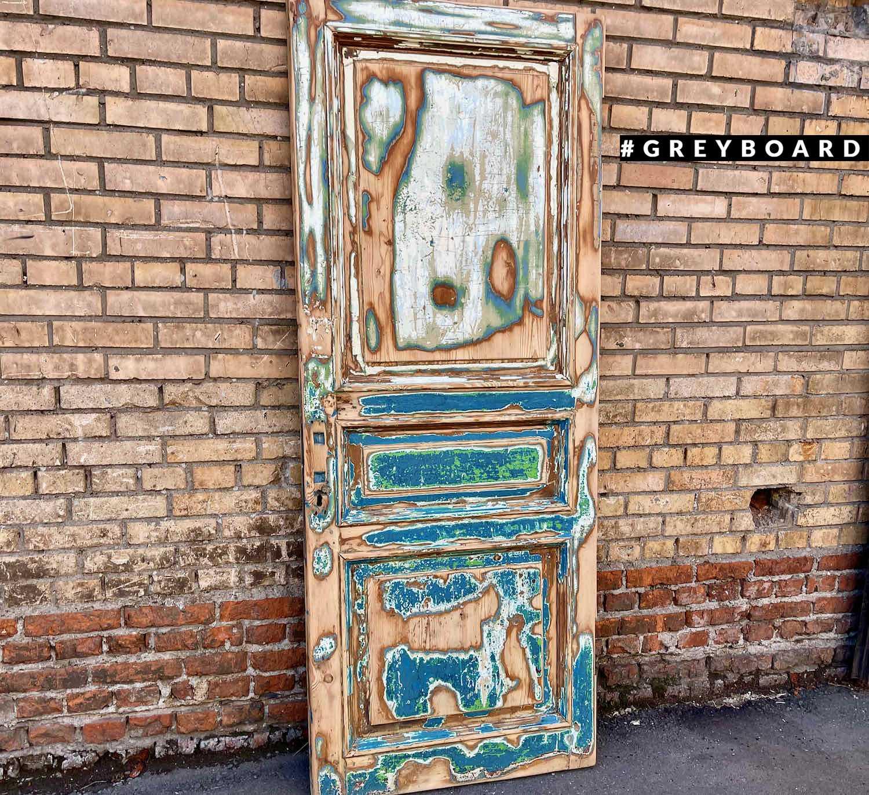 Восстановленная дверь из старой доски