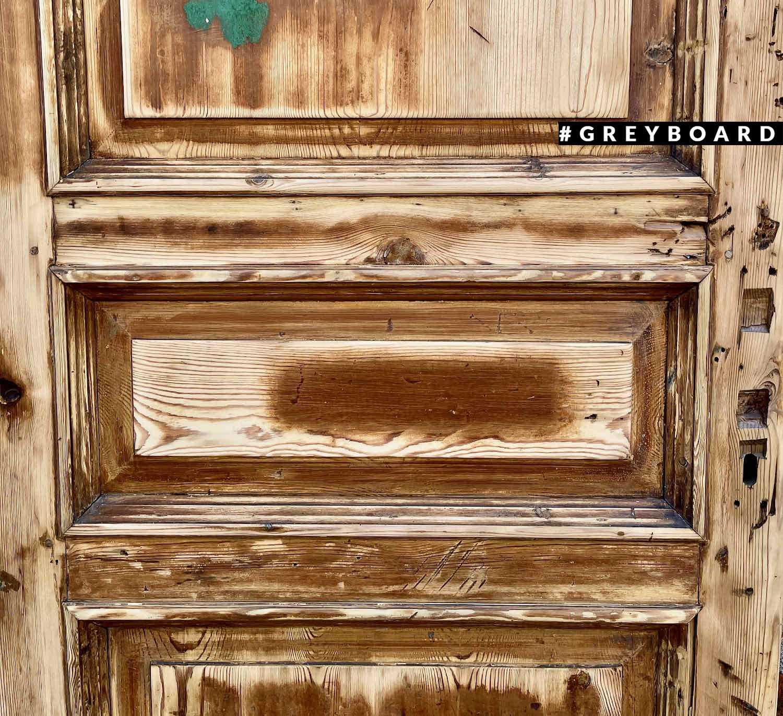 Восстановленная дверь из амбарной доски