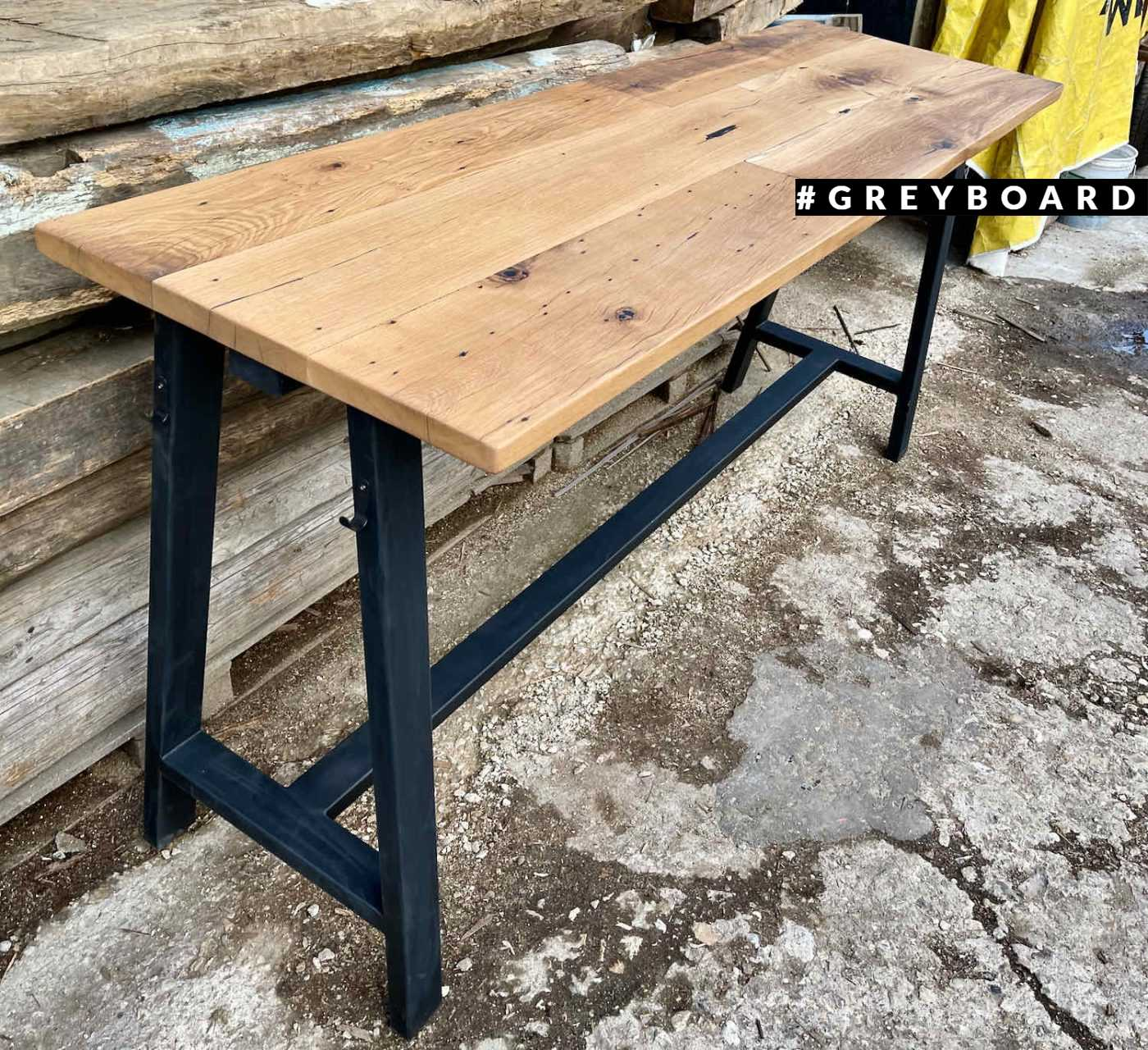 Барный стол из амбарной доски