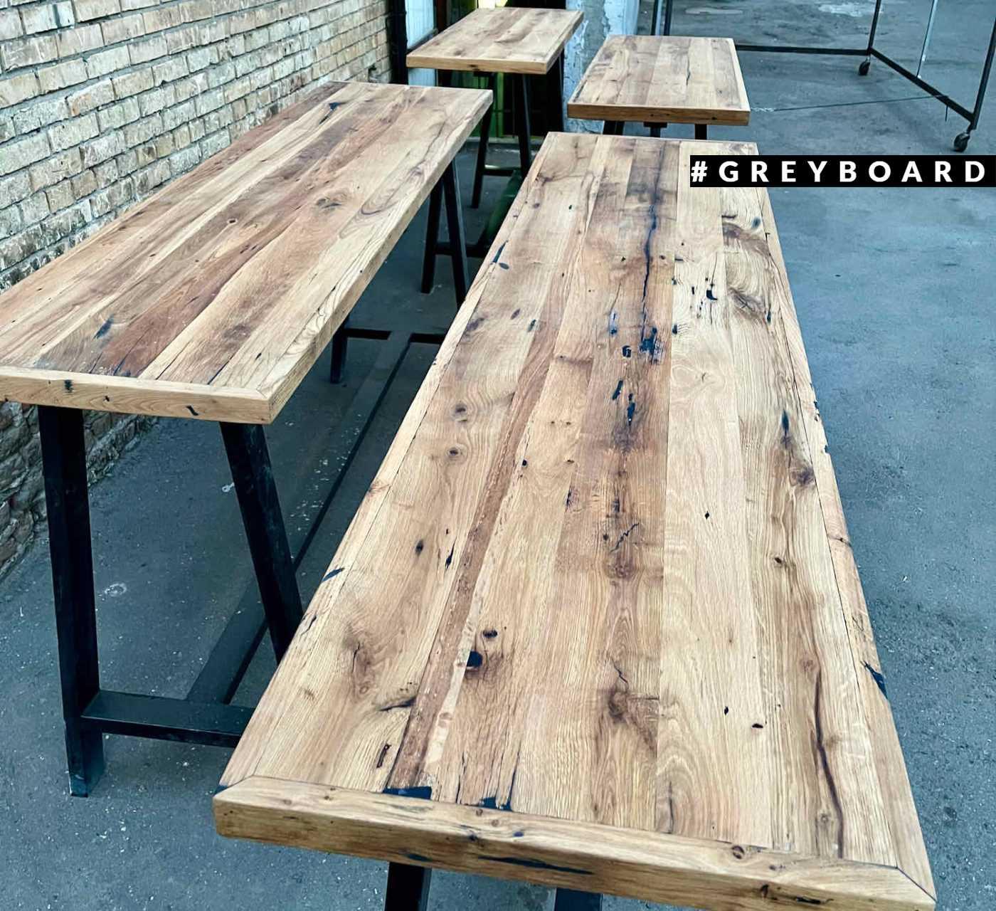 Эффектный барный стол из старой доски