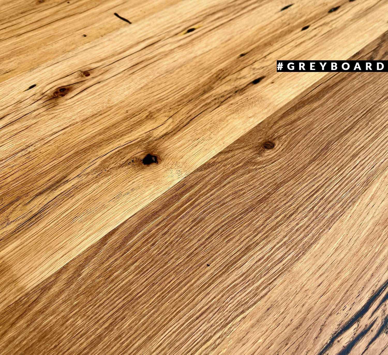 Медово-коричневая столешница из амбарной доски