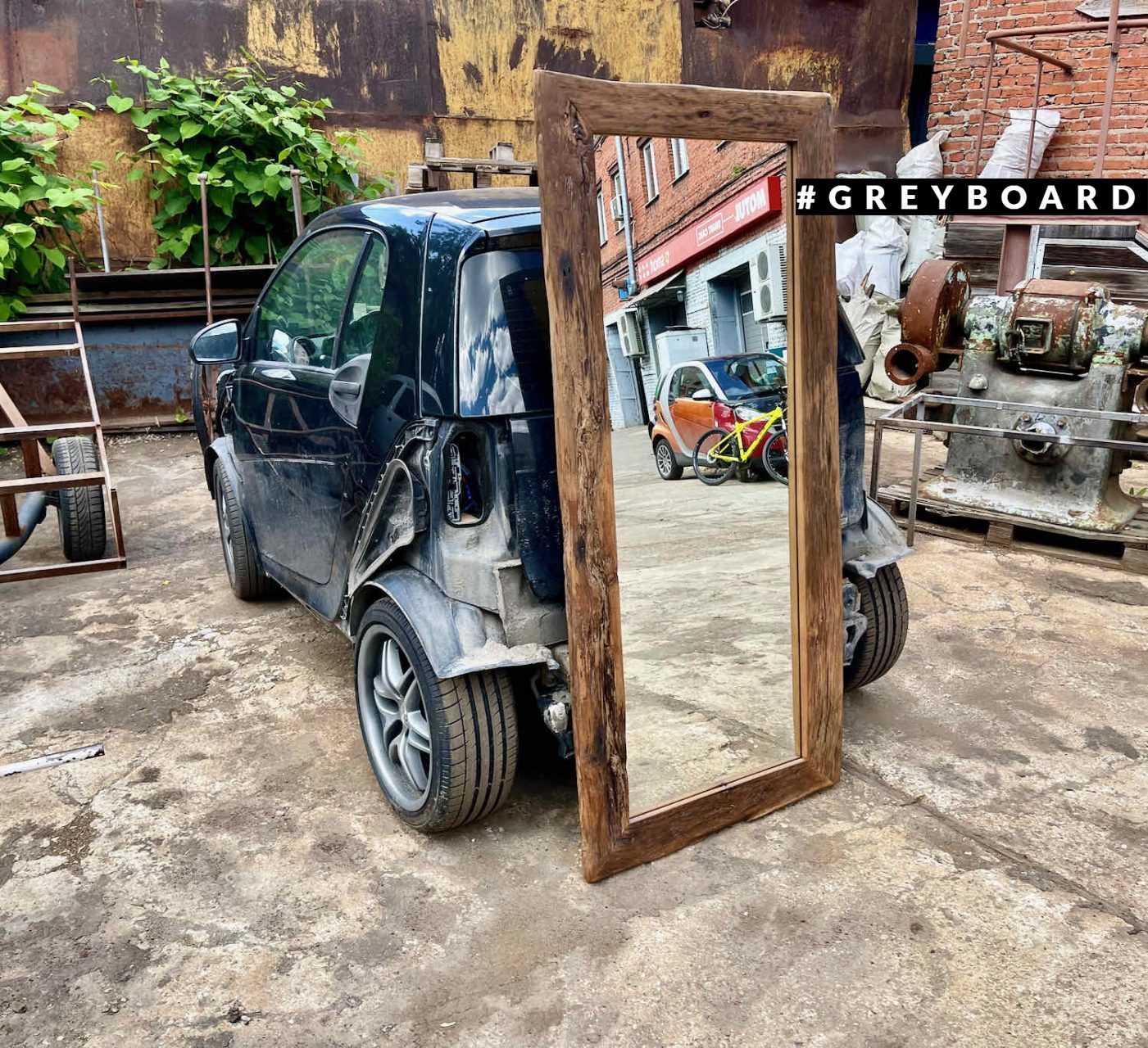 Высокое зеркало из старой доски