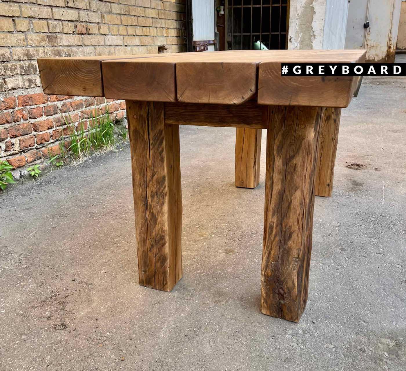 Стол в традиционном стиле из амбарной доски