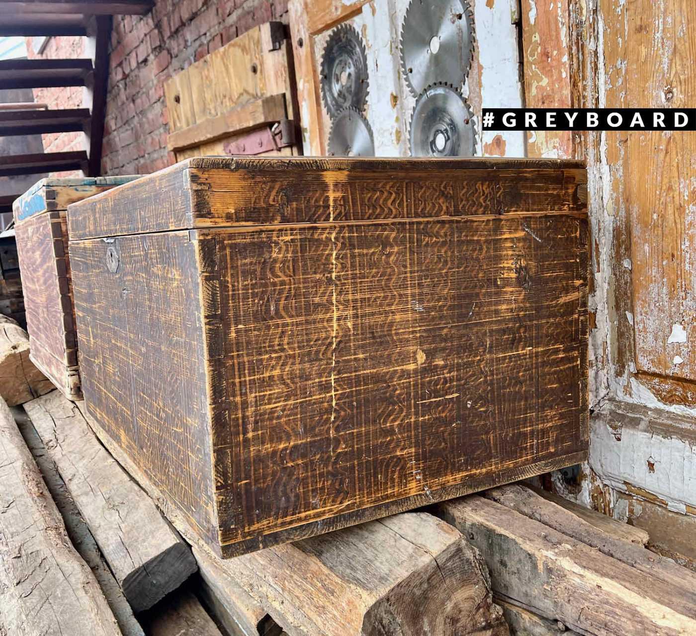 Расписной старинный сундук