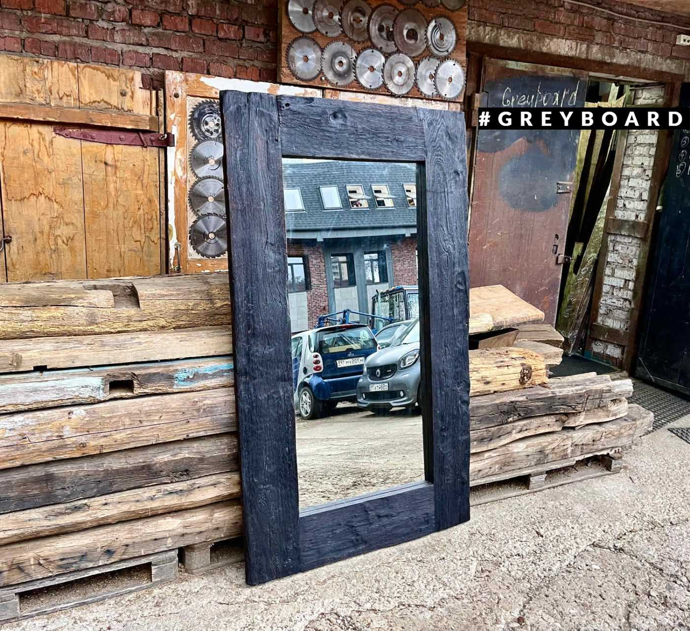Напольное зеркало в раме из старой доски